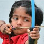 La niña con más puntería de la India bate un récord de tiro con arco con solo dos años