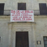 El Ayuntamiento socialista de Sanlúcar insta con una gran pancarta a 'leer la Biblia'