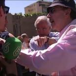 """Un equipo de laSexta increpado y zarandeado en una protesta contra Podemos: """"Os vamos a quemar vivos"""""""