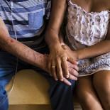 El Gobierno inicia la expulsión de ancianos con papeles a los que niega la tarjeta sanitaria