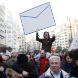 """Miles de personas claman contra la corrupción frente a la casa de Barberá al grito de """"¡Devuelve el dinero!"""""""