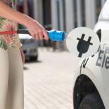 El coche eléctrico cambia la normativa de construcción de viviendas: las plazas de garaje deben tener toma de corriente